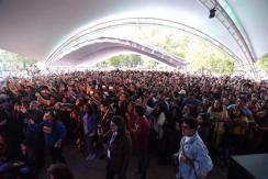 """Cautiva """"Caloncho"""" con su concierto efectuado en el Foro Cultural Alameda, espacio que congregó a más de 6 mil personas. Cierra este espectáculo la cuarta edición de la Feria Internacional del Libro del Estado de México. Toluca, Estado de México, 8 de octubre de 2018. La cuarta edición de la Feria Internacional del Libro del Estado de México, FILEM 2018, cerró con el concierto a cargo de """"Caloncho"""", el cual se llevó a cabo en el Foro Cultural Alameda, en el Parque Cuauhtémoc de Toluca, el cual reunió a más de 6 mil personas. Alfonso Castro Valenzuela, mejor conocido como """"Caloncho"""", es un músico, cantante y compositor oriundo de Ciudad Obregón, Sonora, avecindado desde hace varios años en Guadalajara, Jalisco, quien ofreció música de vibra positiva de folk nacional y atmósfera con un peculiar ritmo que prendió al público. Canciones como """"Optimista"""", """"Brillo mío"""", """"Amigo mujer"""" y """"Palmar"""" son parte de los éxitos de este artista urbano, las cuales interpretó y con las que puso a bailar y cantar a los presentes, en su mayoría público juvenil, aunque familias enteras disfrutaron del concierto. """"Caloncho"""" se entregó a los asistentes, quienes no dejaron de corear sus canciones de una propuesta que invita a ser feliz mediante las cosas que son gratis como despertar un día más, el sol, las personas de tu vida o un beso en la frente, tal como lo interpreta en las melodías """"Equipo"""", """"Fotosíntesis"""" y """"Julia"""". El artista mexicano brindó música de sus dos discos """"Fruta Vol II"""" y """"Bálsamo"""", de quien ya es considerado una corriente de pensamiento con importante fuente de seguidores en México y el extranjero, situación que lo ha llevado a tener nominaciones en el Grammy Latino, como mejor disco de música alternativa y pudo ser disfrutado de manera gratuita por las y los mexiquenses en el cierre de la cuarta edición de la FILEM 2018."""