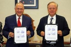Firman convenio para poyar la iniciativa emprendedora de beneficiarias de salario rosa
