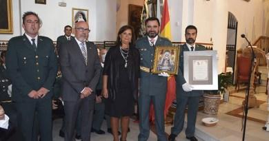 Gabriel Solano recogiendo reconocimiento a la Guardia Civil