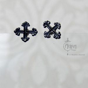 Boucles d'oreilles clou gothique Seih croix noire en résine - face