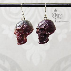 Boucles d'oreilles gothique Seih crâne rouge et noir en résine - face