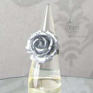 Bague Llorona fleur gris argenté en résine - ajustable - face