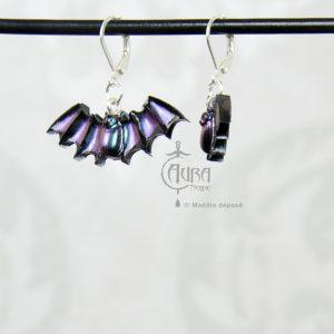 Boucles d'oreilles chauve souris occulte - gothique seih - noir irisé violet/vert - côté