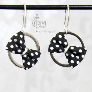 Boucles d'oreilles pin-up nœud à pois sur anneau Mutu - noir - face