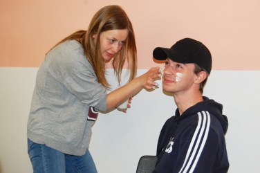Sozialassistenten_Kosmetik herstellen_Probe am lebenden Subjekt