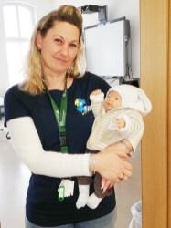 Sozialassistenten_Schülerin mit Babypuppe