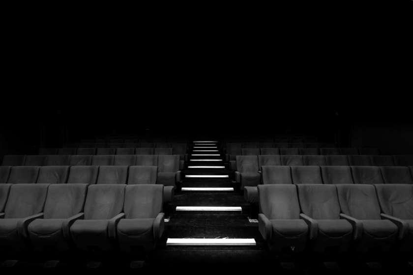 Saal mit gepolsterten Stühlen, vielleicht ein Theater