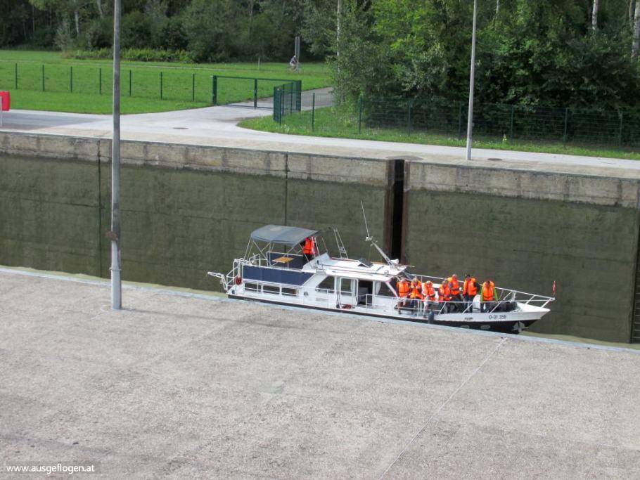 Donau Schifffahrt Schleusung