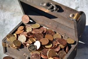 Anwendung von einem Falschgeldprüfer im Test