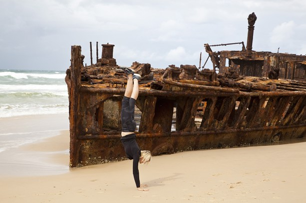 Handstand beim Maheno Schiffswrack