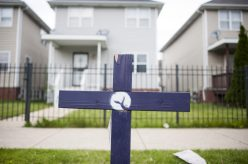 A purple cross, planted on the 5500 block of West Jackson Blvd. | William Camargo/Staff