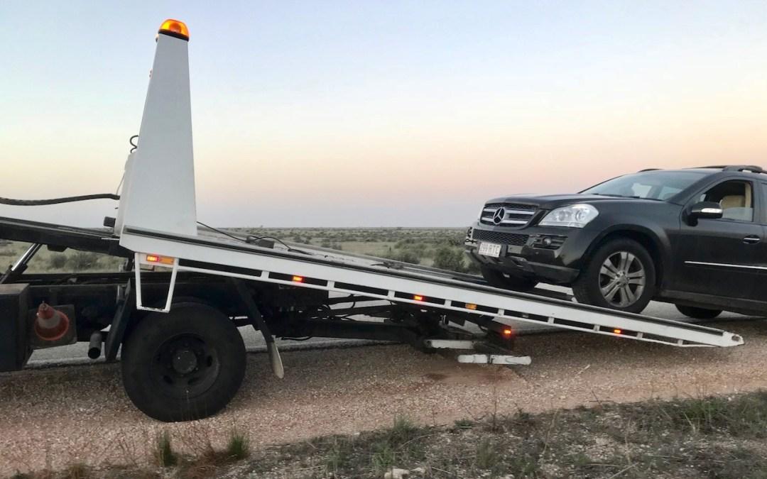 Auto nás zradilo uprostřed pouště bez signálu, jak se odsud dostanem?