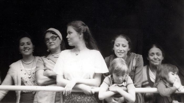 На даче в Загорянке, 1980 год. Марина Бухина, жена Азария Эммануиловича Мессерера Анна Маслова с детьми Алисой и Филиппом, Майя Плисецкая, Рахиль Михайловна и ее внучка Анечка - дочь Александра Плисецкого.