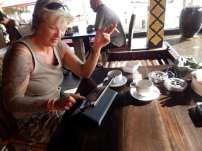 Tanja beim Korrektur lesen auf Koh Ngai