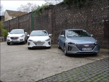 Drei alternative Antriebe von Hyundai (v. l.): das Brennstoffzellenfahrzeug ix35 Fuel Cell (Fahrbericht folgt), Ioniq Elektro und Ioniq Hybrid . Foto: Petra Grünendahl.