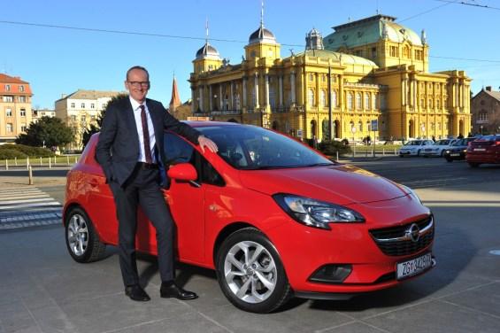 Zu Besuch in Zagreb: Opel-Chef Dr. Karl-Thomas Neumann und der neue, preisgekrönte Corsa vor dem kroatischen National-Theater. © GM Company