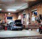Ein Auto in einer Werkstatt. Photo by Damir Kopezhanov on Unsplash