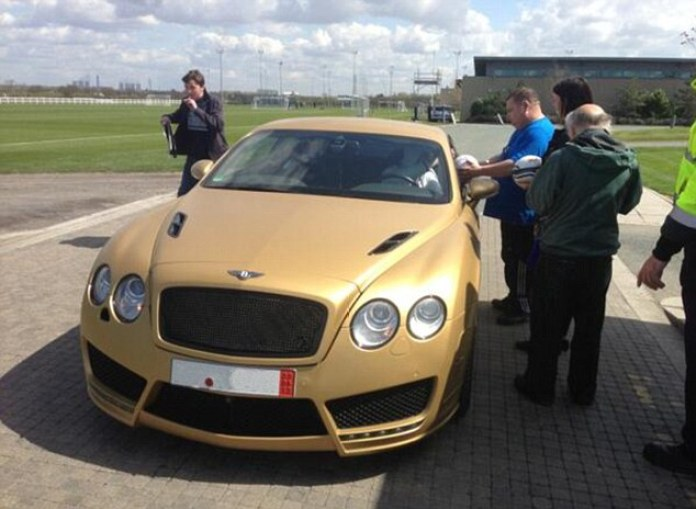 Kevin_Mirallas_goldBentley_BJGdP0_CQAEV8vn.jpg