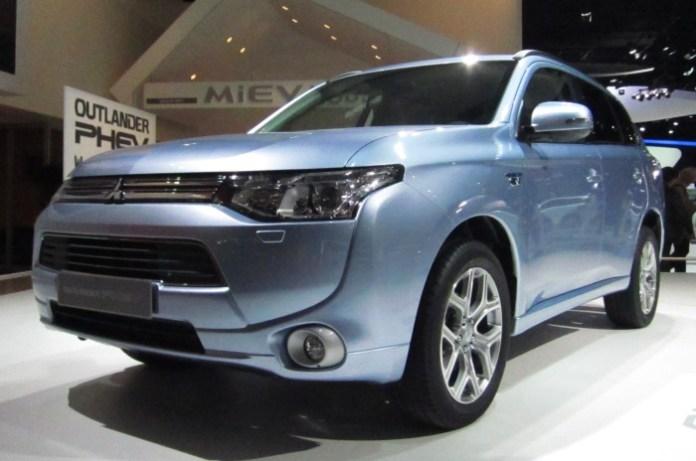 Mitsubishi_Outlander_PHEV_(front_quarter)