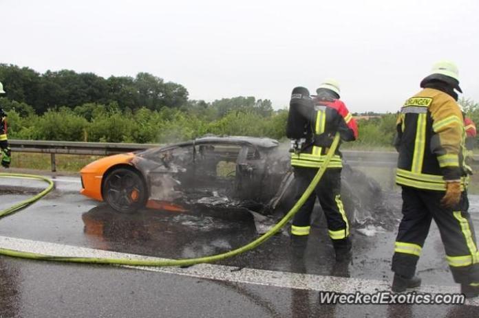 Lamborgini Aventador on fire 2
