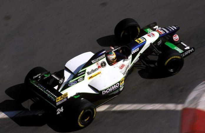 Η Minardi ερχόταν από 2 καλές σεζόν, για τα στάνταρ της. Ο μόλις ένας βαθμός που μάζεψε στο πρωτάθλημα, φανέρωσε πως ο πελατειακός Ford EDM δεν ήταν το μοναδικό πρόβλημα του μονοθεσίου.