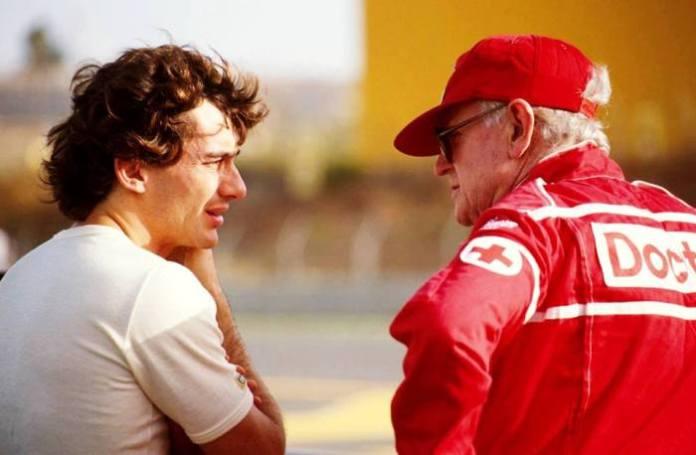 Δυο από τις σημαντικότερες φυσιογνωμίες της Formula 1 και στενοί φίλοι, Ayrton Senna και Sid Watkins, συνομιλούν στα πλαίσια του αγώνα στο Spa του Βελγίου.