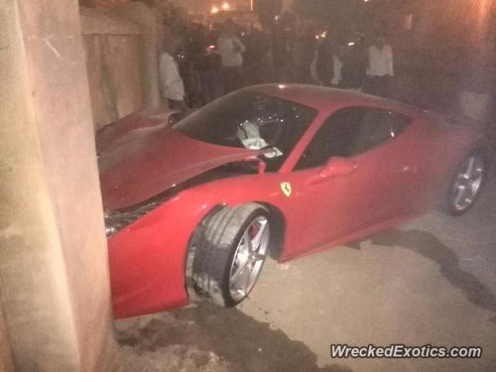 Ferrari 458 Italia crashed (1)