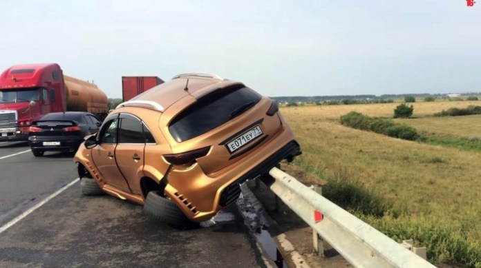 Infiniti FX and Ford Mondeo crashed