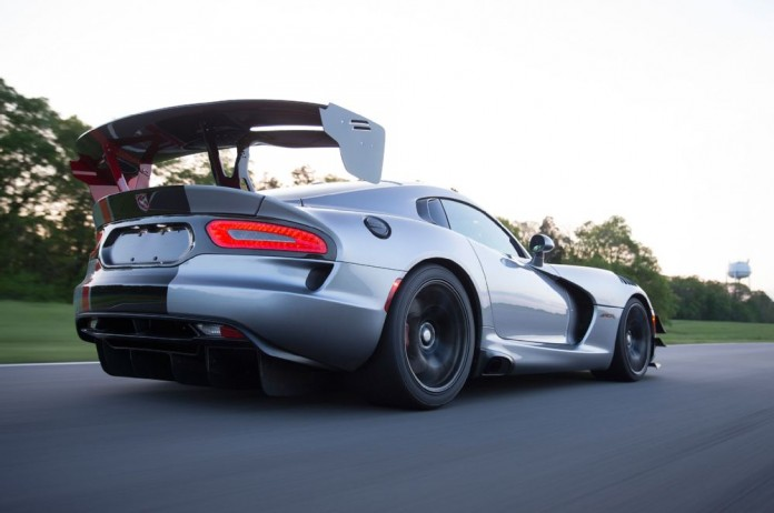 2016-dodge-viper-acr-rear-three-quarter-in-motion