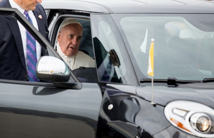 2CA7C00700000578-3245370-Pope_Francis_sat_and_waited_in_a_Fiat_500L_before_his_motorcade_-a-9_1442993068635