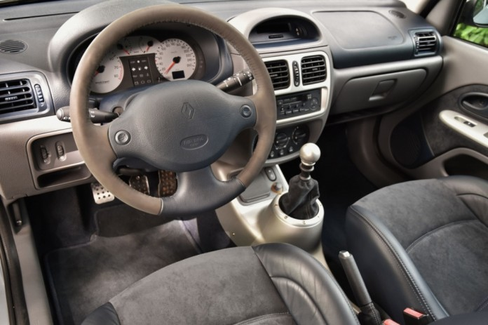 Renault_Clio_V6_for_sale_12