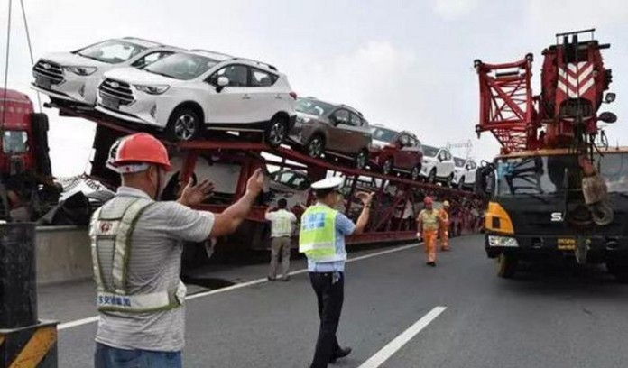 car-carrier-almost-falls-off-bridge-in-china-drive-saved-by-trailer_4