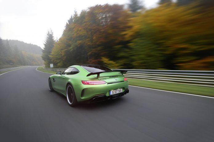 """Mercedes-AMG GT R auf dem Nürburgring. Bei einem von der Redaktion """"sport auto"""" durchgeführten Test erzielt der AMG GT R mit 7.10,9 Minuten Nordschleifen-Rekord. ;Kraftstoffverbrauch AMG GT R kombiniert: 11,4 l/100 km; CO2-Emissionen kombiniert: 259 g/km Around the Nürburgring in 7:10.9 minutes: Mercedes-AMG GT R: outstanding Nordschleife lap time for the """"Beast of the Green Hell""""; Fuel consumption AMG GT R (combined): 11.4 l/100 km; CO2 emissions (combined): 259 g/km"""