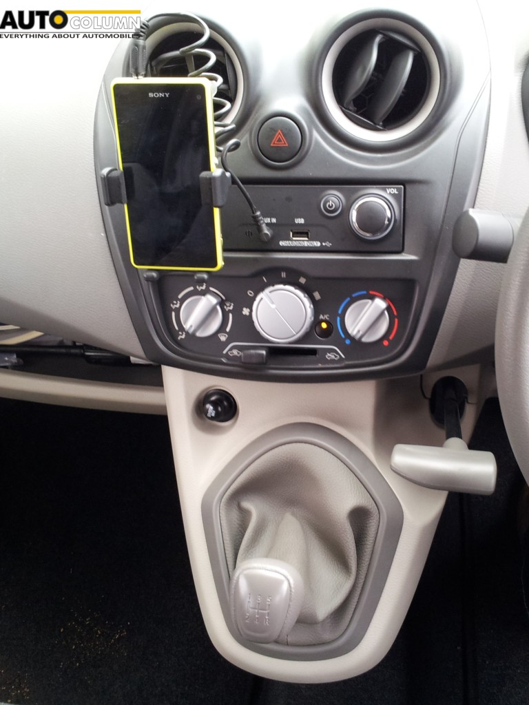 Mobile Docking Station and gear lever with handbrake mounted on the centre console