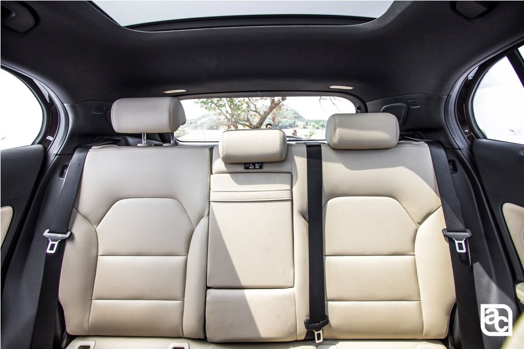 2016-Mercedes-Benz-GLA-rear-seats-1