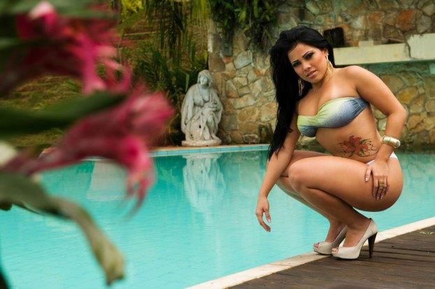 garota_tantao_beira_piscina