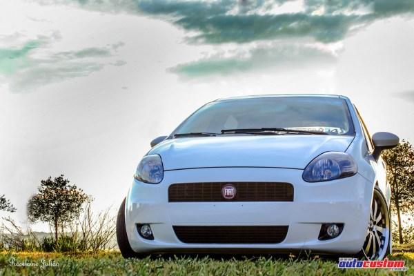 Fiat Punto aro 18, ano 2011, branco, rebaixado com 1000w de som
