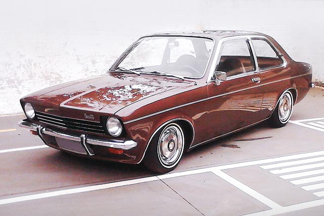 Chevette 1976 rebaixado, interior mono e rodas com Sobre Aro
