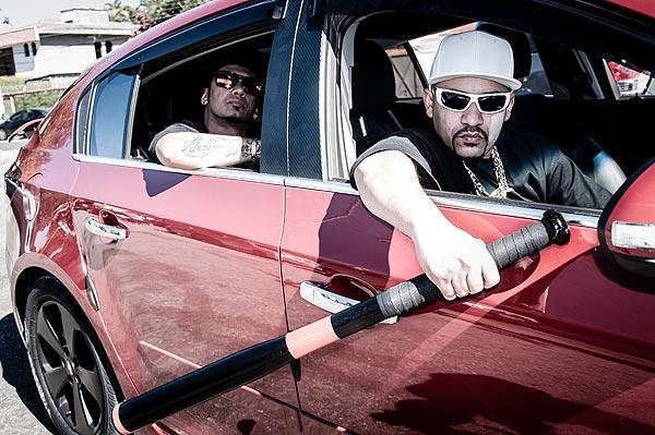 Lucky (com bastão) e Nino - Cantos de Rap Nacional produzem álbum Universo dos Patrõe$