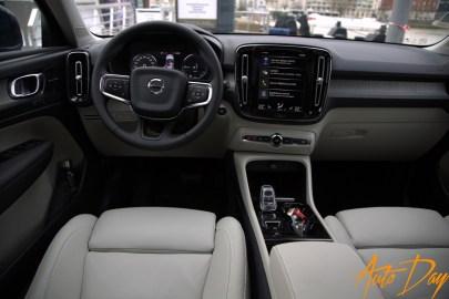 """Volvo XC40 Recharge T5 Inscription - admirez le pommeau du levier de vitesse façon """"crystal"""" pour cette finition"""