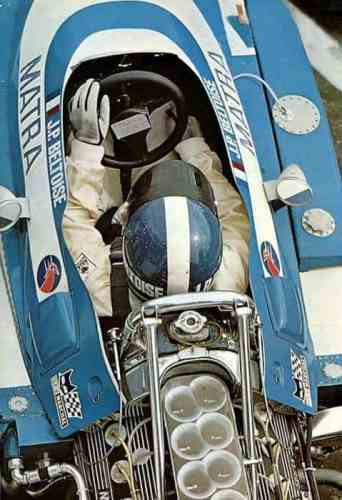 Ao cockpit do Matra MS-80. Note a diferença dos braços do piloto (Foto jean-pierre-beltoise.com)