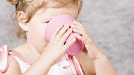 crianca-copo-plastico