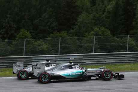 Rosberg e Hamilton, mais uma vez, despacharam a concorrência pra a classe B (foto Mercedes-Benz)