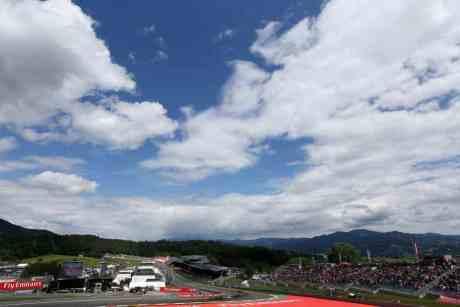 Na bela e bucólica paisagem de Spielberg destacam-se as montanhas da Styria (foto Force India)