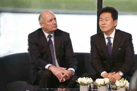 Dennis e Arai, dois estranhos no time (foto McLaren Media Centre)