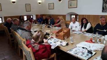Mesa de reuniões ocupada por Fuscamaníacos de vários países