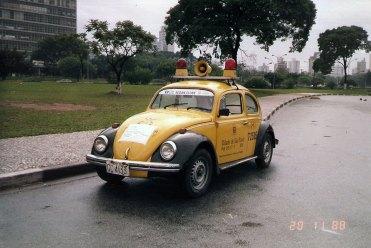 Carro do DSV, devidamente decorado para participar do passeio com a pala de sol autoadesiva e cartaz, que neste caso foi colado no capô