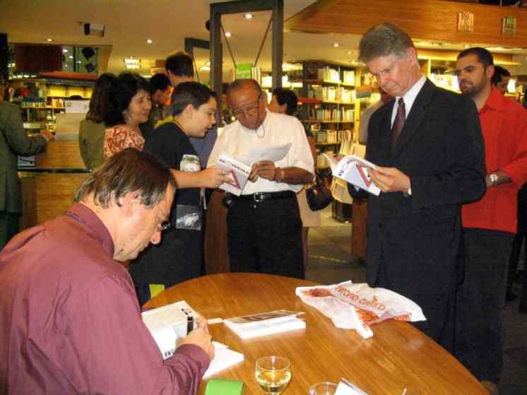 Destaque para o Julian Marcel da Costa Bária, autor, em pé, da camisa vermelha, à direita da foto