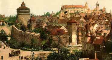 Vista parcial de Nuremberg em 1985, a cidade medieval era uma cidadela murada e fortificada, parcialmente provida de fossos de proteção – que permanecem parcialmente até hoje, apesar da destruição da Segunda Guerra Mundial