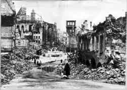 Logo depois do ataque aéreo de 2 de janeiro de 1945, o Schöner Brunnen com as laterais protegidas por uma estrutura de concreto, ao centro da foto, permanece em pé